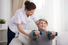 Mujer mayor que entrena en casa Imagen de archivo libre de regalías