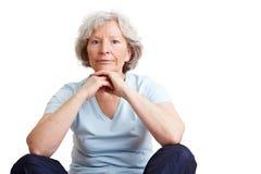 Mujer mayor que espera Fotos de archivo