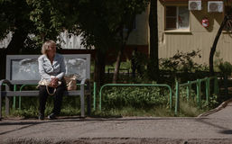 Mujer mayor que espera un autobús Foto de archivo