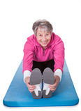 Mujer mayor que estira sus piernas Imagenes de archivo
