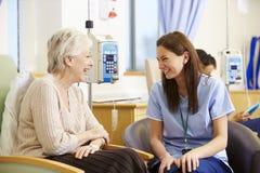 Mujer mayor que experimenta la quimioterapia con la enfermera Fotos de archivo libres de regalías