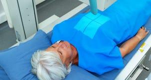 Mujer mayor que experimenta una prueba de la radiografía almacen de video