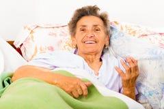 Mujer mayor que habla Imagen de archivo libre de regalías