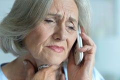Mujer mayor que habla en el teléfono imagen de archivo