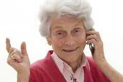 Mujer mayor que habla en el teléfono móvil Foto de archivo libre de regalías
