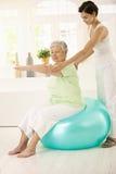 Mujer mayor que hace ejercicio apto de la bola Imagenes de archivo