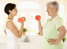 Mujer mayor que hace ejercicio de la pesa de gimnasia Foto de archivo libre de regalías