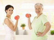 Mujer mayor que hace ejercicio de la pesa de gimnasia Imagen de archivo libre de regalías