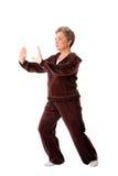 Mujer mayor que hace ejercicio de la yoga de la ji del Tai Imagen de archivo libre de regalías