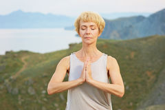 Mujer mayor que hace ejercicios de la yoga Fotografía de archivo libre de regalías