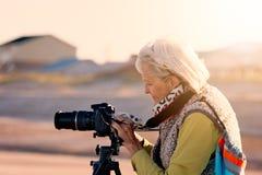 Mujer mayor que hace fotografía en una playa en la Florida imágenes de archivo libres de regalías