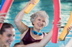 Mujer mayor que hace la aguamarina aerobia Foto de archivo libre de regalías