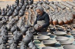 Mujer mayor que hace la cerámica Imágenes de archivo libres de regalías