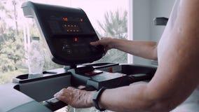 Mujer mayor que hace la gimnasia en la rueda de ardilla, cierre para arriba almacen de video