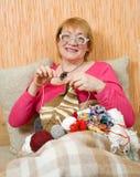 Mujer mayor que hace punto Imágenes de archivo libres de regalías