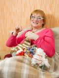 Mujer mayor que hace punto Imagen de archivo libre de regalías