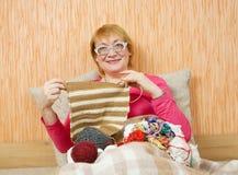 Mujer mayor que hace punto Imagenes de archivo