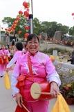Mujer mayor que juega el tambor Fotos de archivo