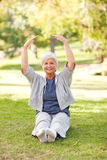 Mujer mayor que la hace estiramientos Imágenes de archivo libres de regalías