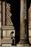 Mujer mayor que lleva la bufanda azul que camina en la arcada de la iglesia ortodoxa de St Mark fotos de archivo