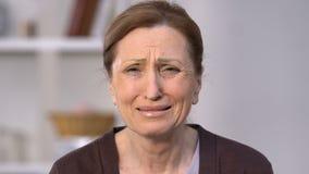 Mujer mayor que llora, sintiendo frustrado y desesperado, dolor de la pérdida, dolor almacen de video