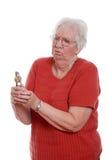 Mujer mayor que lucha para quebrar una nuez Fotografía de archivo