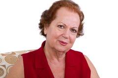 Mujer mayor que mira la cámara auténtico Imagen de archivo libre de regalías