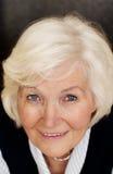 Mujer mayor que mira para arriba Fotos de archivo libres de regalías