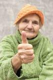 Mujer mayor que muestra el pulgar para arriba Imágenes de archivo libres de regalías
