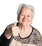 Mujer mayor que muestra la muestra aceptable Imagenes de archivo