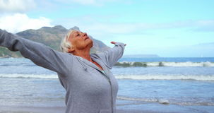 Mujer mayor que realiza yoga almacen de metraje de vídeo