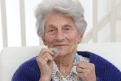 Mujer mayor que recibe la medicación imágenes de archivo libres de regalías