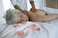 Mujer mayor que recibe masaje trasero fotografía de archivo