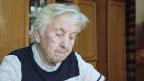 Mujer mayor que ruega a dios almacen de metraje de vídeo