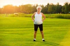 Mujer mayor que se coloca al aire libre Fotos de archivo