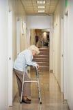 Mujer mayor que se coloca en callejón Fotos de archivo