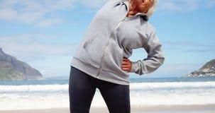 Mujer mayor que se realiza estirando ejercicio almacen de video
