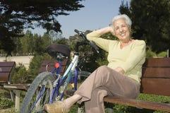 Mujer mayor que se relaja imagenes de archivo