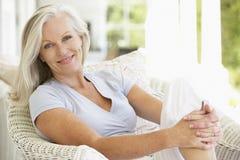 Mujer mayor que se sienta afuera Imagen de archivo