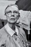 Mujer mayor que se sienta derecho foto de archivo
