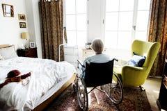 Mujer mayor que se sienta en la silla de ruedas solamente imágenes de archivo libres de regalías