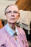 Mujer mayor que se sienta severo fotografía de archivo libre de regalías