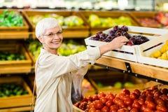 Mujer mayor que sostiene el bolso con la manzana foto de archivo libre de regalías