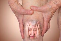Mujer mayor que sostiene la rodilla con dolor foto de archivo libre de regalías