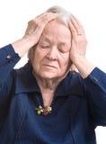 Mujer mayor que sufre de dolor de cabeza Foto de archivo libre de regalías
