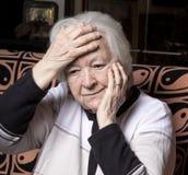 Mujer mayor que sufre de dolor de cabeza Fotografía de archivo libre de regalías