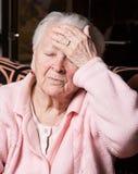 Mujer mayor que sufre de dolor de cabeza Fotografía de archivo