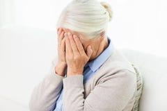 Mujer mayor que sufre de dolor de cabeza o de pena Imagen de archivo libre de regalías
