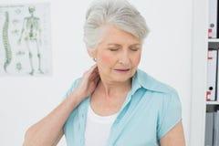 Mujer mayor que sufre de dolor de cuello Imágenes de archivo libres de regalías