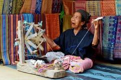 Mujer mayor que teje, Lombok Indonesia fotografía de archivo